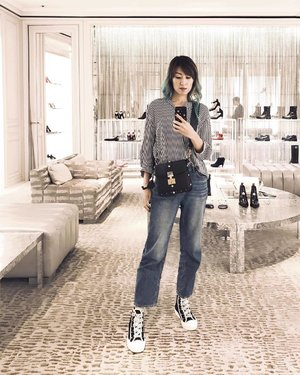 A #throwback pic when I visited Singapore and stopped by Dior #MarinaBaySands. ... I thought this Dior Addict bag was cool when matched with the Hi-Top sneakers. If you haven't buy anything for yourself this Christmas, stopping by Dior is always a good idea 😊 ... More Dior for Christmas gift ideas on my blog now (link in bio @stilettoesdiva) . . #divainmefashion #diormy #diorcruise18 #sneakers #ootd #latergram #outfit #fashionblogger #blogger #diorbag #dioraddict #hitop #diorfashion #diormbs #selfie #clozette