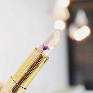 Who can resist this pretty lipstick? Ga tega makenya 😭😭😭 . . . #clozetteid #clozette #beautybloggerid #fdbeauty #kailijumei #kailijumeiindonesia #flowerlipstick #whywhiteworks #CesilliaBeautyPick #potd #picoftheday