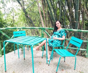 Twinning with the chairs and table 😂 perfect blend ba? 🌿💙 #clozette #flauntandstylemommas #nursingdressph #mommyblogger #pregnant #momsph