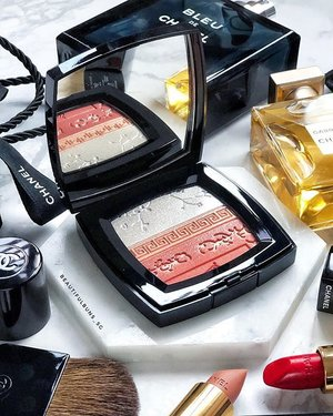Cos it's way too pretty to resist and cos I'm in a mood to spend these days, I got me one of these  Premieres Fleurs Harmony of Powders 🤩 Limited edition items run out real quick so if you wanna get it, hustle on down soon! It retails for SGD$103 💖 - - - - - #chanel #chanelbeauty #chanelsg #chanelmakeup #luxurybeauty #luxurymakeup #샤넬 #prettymakeup #chanelgabrielle #perfume  #clozette #makeup #makeupaddict  #ilovemakeup #Косметичка #makeupflatlay #beautylish #trendmood #красота #kosmetik #cosméticos #cosmeticos #cosmetica #kosmetyki #maquillaje #뷰티그램 #코스메틱  #Косметика #化粧