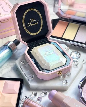 I may already have a pile of highlighters at home, but I absolutely couldn't say no to this Diamond Light Highlighter from Too Faced 💎 It even comes in an engagement box-style packaging - very mucho impressed by the consistency in theme. There's even a pearlesque-moonstone-opal sheen to it ✨ I'm definitely looking forward to shining bright like a diamond with this~ available now in limited quantities at SGD$49 at Sephora - - - - - #toofaced #sephora #sephorasg #diamond #diamondlife #becca #fentybeauty #highlighter #moonstone #opal  #clozette #makeup #makeupaddict  #ilovemakeup #Косметичка #makeupflatlay #beautylish #trendmood #красота #kosmetik #cosméticos #cosmeticos #cosmetica #kosmetyki #maquillaje #뷰티그램 #코스메틱  #Косметика #化粧
