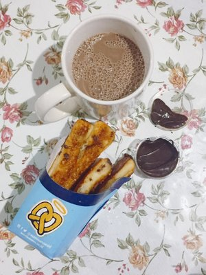auntie anne's pretzel with deep chocolate sauce + milo chocolate milk