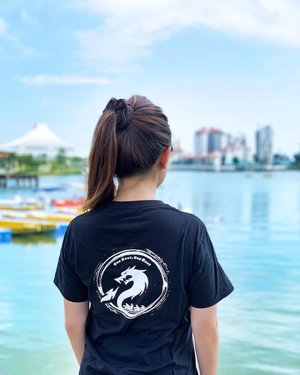 "【ONE BOAT, ONE BEAT】 Wearing a limited edition design tee by Yours Truly. 😊🙌🏻 You should see the dozens of invisible autograph-signing I did on others' tees today. 😆 . Designed this logo for my company's dragonboat team-bonding event and it was the winning submission! 🎉😃 It was on the winning team medals as well. 🏅✨✨ The slogan ""One boat, One Beat"" is about having everyone to move together as a team. Don't you just agree that team spirit is very important at work, school and even in a relationship? 👍🏻❤️ . Anyway, awesome time with my office pals this afternoon - We go through fun times together, and we shall go through the day tomorrow clearing work from today's (official office) absence. 😂🤣 #clozette"
