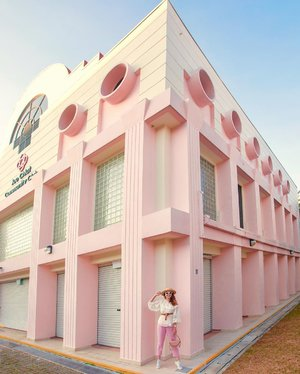 Isn't this the cutest community center in #Singapore, because it's all pink? ⁣⁣ ⁣⁣ We were there on a Sunday and was surprised it was closed. Originally, we wanted to shoot inside the community center but we can't go in. We almost gave up but I was thinking, since we already made our way here, we not just try to find an angle. ⁣⁣ ⁣⁣ This angle turns out really well and was found by accidental! If we were not forced to find an angle since it's closed, we wouldn't even have spited this. So, it's never about how good your camera is, or how perfect the environment should be for a good photo, but about how creative you are in spotting good angles. So, sometimes, try to steer away from the typical photo spot and use your eyes to spot a composition. Sometimes you really may surprise yourself.  #exploresingapore #visitsingapore #whatdoyoulove #pinkstagram #travelsingapore 📷 @yuniqueyuni