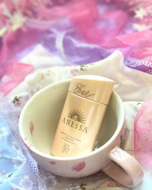 On Wednesdays we wear... #sunscreen! And everyday actually, because sunscreen is a MUST! I always get people asking me for recommendations for good anti-aging #skincare and creams and whatnot, and I always say the first step is really sunscreen! Anyway the @anessasg Perfect UV Sunscreen Mild Milk is specially formulated for sensitive skin, and to be water-resistant, and it has SPF50+ /PA++++ with a really nice lightweight texture too (swipe to see a photo of the texture). A pretty nice product I think! . . . #anessa #anessasg #anessashiseido #anessasunscreen #sunscreens #sunblock #sunprotection #beauty #clozette #skincareaddict #skincareaddiction #spf #asianskincare #asianbeauty #japaneseskincare #japanesebeauty #rasianbeauty #abblogger #abskincare #abcommunity #starbuckscup #starbucksmug #starbucksmugs #beautybloggers #beautyaddict #beautyjunkie #skincareproducts