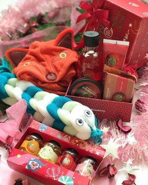 If you have a friend who likes cute #naturalproducts with a nice smell, then the @thebodyshopsg #enhantedbynature #holiday2018 collection is probably a good source of gifts that don't break the budget! If you want cute gifts, the Carl the Caterpillar Body Washer is the cutest little loofah ever, and the fox themed hair wrap is super cute as well! For the one who loves those sweet scents, the Strawberry Festive Picks #giftset is a nice pick too - it is a good size and feels hefty too, so it's very presentable! Lastly the small #showergel minis are always good for traveling! _______ #clozette #beauty #bathandbody #thebodyshop #thebodyshopsg #tbssg #flatlay #naturalbeauty #bodyproducts #giftsets #bathandbodyproducts #showerproducts #showertime #nofilter #beautyjunkie #beautyaddict #beautyproducts #beautyaccount #discoverunder20k #beautyblog #discoverunder50k #beautyblogger