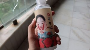 @elizavecca_ Hwa Yu Hong Essence. This has red ginseng in it, and I've been using it (not super regularly) but I do like it! Plus the packaging is cute lol #elizavecca #kbeauty #hwayuhongessence *gifted for review