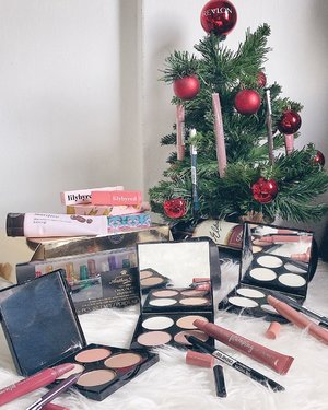 Spending my Christmas Day morning taking work calls / messages followed by unboxing goodies like it's my birthday! 🥳🎉 Thanks @revlonsg for the super cute mini Christmas tree filled with makeup, swatches and quick first impressions now up only my stories! 🎄🎁🤗. . . . #enasbeautytalk #enaxchristmas2018 #revlon #revlonsg #christmasgift #clozette