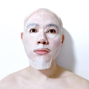 🦁🦁🦁 It is one of the hardest problem to solve in the world of sheet masks. Why? Because there is no one size fits all. Some of us have a bigger, broader face shape while some have a smaller, narrower or petite face shape. It is simply difficult to have a mask that fits the polarity face shape. . If I have to comment on this mask that I have on, I would say that the excess under my chin can be used to extend the forehead section. The eye hole could be cut-out a little broader (to the side) so I wouldn't feel like the skin around my eyes are scrunched up underneath. I would, however, say that the nose flap and mouth opening is pretty nicely done and executed. . Do you guys face similar issue with the size of sheet mask as well? Let me know! — #SheetMask #Maskfie #Clozette #Skincare