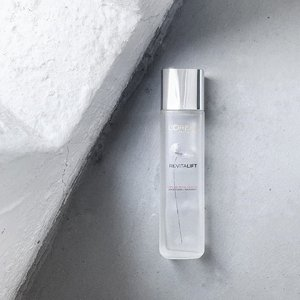 "Marketed as a first treatment essence, this silver cap is the lighter version to the original red cap. Both harnessing the reparative, calming and balancing effects of the Tiger Grass (Centella Asiatica), you will find that the silver cap light in texture and heavy in benefits. ------------------------------------------ L'Oreal Paris Revitalift Crystal Micro-Essence - a first-step skin boosting essence with Centella Aistica for healing, calming and balancing. New with added Hepes and Salicylic Acid that work in synergy to help exfoliate, renew, and brighten complexion. Powered by micronized technology, the skin-benefiting ingredients are able to penetrate ""10 stripping layers of the skin"". ------------------------------------------ As a product with Hepes and Salicylic Acid, I chose to use this as my first toner - the exfoliating one, and it work really nicely for me. I have combination-dry skin and this additional step does help balance things out, offer the gentlest, daily exfoliation. . But, you know, to make it lighter in texture and something that would refresh your skin, it'd have to contain alcohol so this may be a deal breaker for those with drier skin type. For me, it's not so much, I like to use it at night and layer it underneath a more conventional FTE, or pat on a layer of beauty lotion (like the Hada Labo in yesterday's post). Will I repurchase? Yes! I will, and had already got one + its baby variant (last pic, google sourced). —— #Lorealparis #LorealParisSG #BecauseWeAreAllWorthIt #RevitaliftCrystalMicroEssence  #FirstTreatmentEssence #FTE #DrugstorePurchase #Clozette #Skincare"