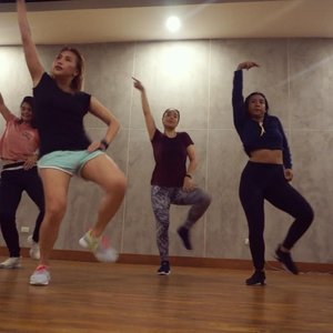 @neslyannalexis 's choreography Feb 21, 2019  Lots of brain fart since it was my first dance class back this year. But sooo much fun. Chill relaxed song with a complicated-but-looks-chill-lang routine. Haha! Even though I messed up a few times, there's still so much love for this choreo. 🥰 In other news, it's a great cardio, a total of 1240 calorie burn. Wow. 🤗 #dance #dancelife #firstlove #danceislife #fitness #roadtofitness #yellowyum #msyellowyum #bblogger #bbloggerph #manilablogger #lifestyle #lifestyleblogger #pinayvlogger #blogger #youtube #youtuber #youtuberph #vlogger #vloggerph #clozette