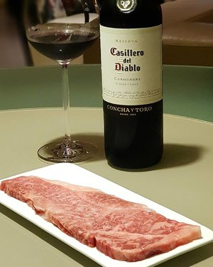 Sinfully delicious dinner starring a well-marbled Hokkaido Wagyu Beef, paired with a Chilean Casillero del Diablo Carmenere — made from a grape varietal that disappeared from its place of origin in Médoc, France following the phylloxera outbreak in the 19th century; and reappeared in Chile at the end of the 20th Century, producing an intense-coloured wine with rounded tannins and notes of black currant and plums. #clozette #cooljp foodspotting #iweeklyfood #fooddaddict #foodgasm #foodpic #sginsta #sgeats #foodshare #nomnom #igersgs #foodporn #yummy #foodsg #burpple #sgfood #sgfoodbloggers #japanesefood