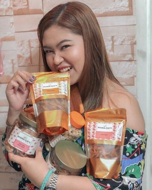 Looking for a one-stop shop for your pasalubong to your loved ones? @mamachiskitchen is waving at you! 😍 I tried some of their products and the taste is beyond my expectations plus I like its resealable packaging, perfect for reselling outside the Philippines. Export quality should I say. 💯 I also love their Himalayan Crystal Salt Bar! It exfoliates and soften my skin. ❤️📍Grab your goodies at Vertis Ayala Mall, Shell Mamplasan SLT2 SELECT, Dapo at Tisa Lilac Marikina and Red Head Lilac Marikina. — #JMZsponsors #Sponsored #MamaChisKitchen