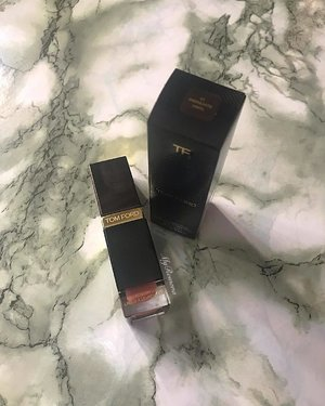 @tomfordbeauty LIP LACQUER LUXE VINYL in 01 Insinuate ✔️ Comfortable formula ✔️ Lightweight ✔️ Hydrating ✔️ Very faint scent which dissipates a few seconds upon application ✔️Opaque ✔️ Non-sticky ✔️ Creamy ✔️Not 100% transfer proof as it did leave marks on my coffee mug ✔️But it is fairly long lasting as even after a greasy asian breakfast I did not have to reapply. • • So many shades to choose from. 2 formulas: vinyl and matte I picked vinyl as I was intrigued by the description on the website. Verdict: #RomanaRecommends as this is definitely a refreshing change from the million other matte liquid lipsticks I own. ❤️formula ❤️finish ❤️staying power • • #MyRomana #MyRomanaTomFord #clozette #TomFordBeauty #TomFordSelfridges #SelfridgesManchester #SelfridgesManchesterExchangeSquare #TomFordLacquer #TomFordInsinuate #LipLacquer #luxurybeauty #TomFordMalaysia #makeuplover #instabeauty #discoverunder100k #beautycommunity