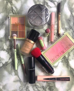 """""""Beneath the makeup and behind the smile I am just a girl who wishes for the world."""" #MarilynMonroe 🔗 🔗 #MyRomana #Clozette #SlayTheFlay #MakeupFlatlay #makeuplover #discoverunder100k #instablogger #makeuplife"""