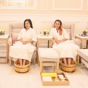 """Quality time with mama before she fly back to AU! 💕  Thank you so much @hopewellnessph for our """"mom-daughter pampering sesh""""  I let her try my favorite Sugar, Spice and Everything Nice package! Super relaxing hand and foot spa with mani pedi. I featured them before on my YouTube channel and blog (link on bio). 💕  Visit them guys at Hope Hand and Foot Wellness Morato, then stay tuned for their next branch 🤗 __ #hopewellnessislove #hopewellnessofficial"""