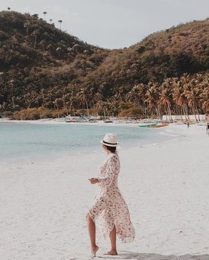 Let the sea set you free! Watch our Instagram Stories and discover new beach destinations that you should visit soon. #Clozette // 📸 Clozetter @rosedelvo
