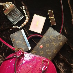 Sunday bag spill with my everyday favourites 💖 my beloved shih tzu boy had a small surgery yesterday...so glad he's ok now 🐶💓 have a lovely Sunday my dear friends! #louisvuitton #lvlover #purseforum #bagspill #whatsinmybag #purseaddict #tomfordmakeup #tomfordbeauty #clozette #chloelovestory #spanishpink #yslbeauty #yslmakeup #beautyblogger #beautyaddict #flatlayoftheday #flatlays #josephinewallet #slgs #shinjupearls #beauty