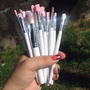 Bought this super cute pink & white brushes from @sopistikadacollections 💖  #makeup #makeupbrushes #brush #pink #white #silver #nails #clozette #makeuptutorial #makeupph #sopistikada #luxury #aesthetic #tumblr #eyeshadow #foundation #contour #makeuplife