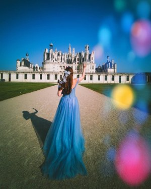 Follow me to visit the magical Beauty and the beast castle.⁣ ⁣ Let's have tea with Bella. ⁣ ⁣ Did you know that the Chateau de Chambord in France was the inspiration for the castle in both the 1991 animated movie and the 2017 version.⁣ .⁣ .⁣ .⁣ .⁣ .⁣ .⁣ #travelgirlsgo #travelinladies #travelbloggers #sheisnotlost #backpackerstory #speechlessplaces #sidewalkerdaily #damestravel #buscablogs #iamtb #thewanderingtourist #thetravelwomen #travelrepost #iammissadventure #dametraveler #darlingescapes #gltlove #girlsdreamtravel #girlaroundworld #traveldreamseekers #ladiesgoneglobal #traveltagged #iamatraveller #prettylittleiiispo #loirevalley #clozette #singapore  #citizenfemme #chateau #Châteaudechambord