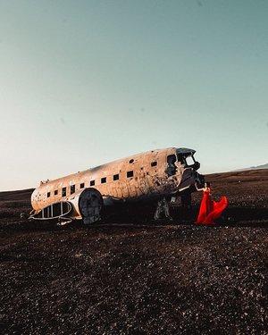 I'm a real life emoji💃 . #EstherwandersxIceland #planewreck #SolheimasandurPlaneWreck #Iceland