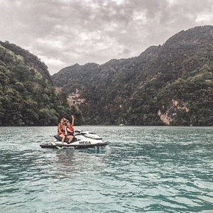 My virgin #Jetski experience was so much fun! And we even got to island hop on them jetskis! @megawatersports My roomie @melissajaneferosha did me proud riding at high speeds despite the choppy water.  On top of this, we also did so many other adventurous activities in #Langkawi: ✈️@umgawalegendaryadventures Ziplining through the forest. Check out my stiff face and posture hahahaha. I also got to hold babe @everestsays hands teehee ✈️Views of the #LangkawiSkybridge from above ✈️Black & white pic of me and my roomie @melissajaneferosha cause our room was messy with our clothes thrown all over .  Thankfully, we had @airasia #TuneProtect travel insurance which covers us before, during and after our holiday, allowing us to travel with a peace of mind. . #AirAsiaTravelProtection #TuneProtect #AirAsiaHolidayQuickies  #VacaywithAirAsia #EstherwandersxMalaysia