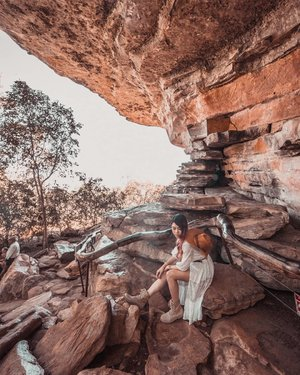 Became #Pocahontas for a day checking out the Aboriginal #rockart from 20,000 years ago! ⛰️ . Shot with @sonysingapore A7iii, 16-35mm f2.8 . #EstherwandersxAustralia #Darwin #northernterritory #ubirr #kakadu