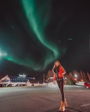 So thankful to have seen the northern lights on 5 out of 7 days of our trip to #Iceland. the week that we were there happened to have rather high KP, around 3-5KP. This one in the pic was captured was just outside of @hotellaxnes.iceland and was one of the most beautiful ones, the Aurora danced for us from one end to the other in all sorts of shapes💚 . #blessed #EstherwandersxIceland