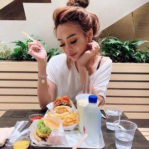 I miss #newyork so much I made my husband queue with me for shake shack! Still the BEST burger evaaaaa 🍔🍔🍔🍔🍔 . . . #clozette #jewelsingapore #shakeshacksg #shakeshack #foodgasm #burgermania #gourmetburger #foodporn #foodiesofinstagram #igsg