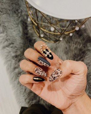 "As far as I'm concerned, leopard 🐆 is a colour! 🤪 nails by @flamingoplayground - quote ""Leanne"" for 10% off first timers!  Their polygel extensions is light weight unlike acrylic nails and I don't experience lifting. DO TRY IT OUT with my disc code! . . . #clozette #nailsofinstagram #polygelnails #nailsonfleek #nailswag #nails2inspire"