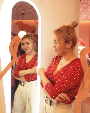 Finally had a cute outfit on when I went to #SunniesFace (other times I was haggard af, stress-buying all my problems away lol) but alas, the Glowboss was just released the day before, and so many people were in the store, I had to be creative in covering photobombers lol (sorry ate!! 😂) Right outfit, right place, but sadly, wrong time lmao  Btw, I have a new Holiday Lookbook up both on youtube and, for the first time ever, on IGTV!! 📺 (featuring this very top I'm wearing, which is actually a dress hehe #StephInStyle)  Go and give it a watch! It is, after all, the season of giving 💗💗💗