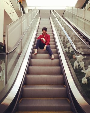 An attempt at the moving escalator.  #clozette