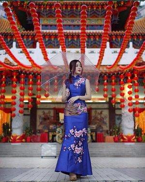 I've never seen elegance go out of style 🏮☂️. . . . . . Rent this beautiful cheongsam at @ketvondeebridesmaid 😍💙. . . . #cheongsam #traditionalcheongsam #traditionalwear #cny #cny2019 #cnydress #chinesenewyearshoot #shooting #asian #photoshoot #clozette #dressrental #travelmalaysia #visitkualalumpur
