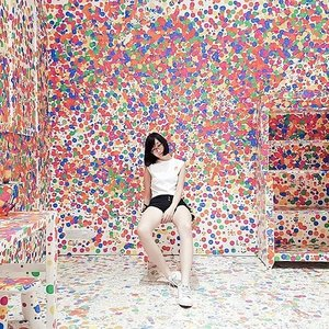 #ootd at The Obliteration Room before it was obliterated at @nationalgallerysingapore. 📸: @beadsandblossoms ❤️ I visited The Obliteration Room in Tokyo earlier this year, but this version in Singapore was certainly more spacious and immersive! Lots of kid-friendly objects too. Perfect for the Children's Biennale. 👧🏻👦🏻