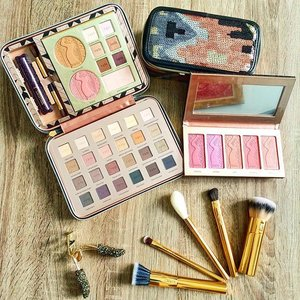 @tartecosmetics Holidaze Collection ✨ 🎀 Light of The Party Collector's Makeup Case 🎀 Bling It On Amazonian Clay Blush Palette 🎀 Stroke of Midnight Brush Set 🎀 Shine Bright Statement Lash Essential  #sephoraholiday15 #SephoraMY #sephora #tartecosmetics #makeuphaul #makeup #makeupmalaysia #muamalaysia #beauty #beautyhaul #clozette #clozetteco #beautyaddict #beautyblogger #beautyessentials #beautyenthusiast