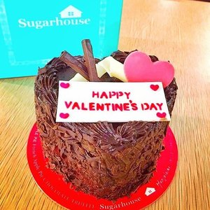 Anddd here's another surprise sweet Valentine's treat for you from @sugarhouseph .  Make your LOVE MONTH sweeter with their their limited edition Valentines day cake and cookies ❤️ You can customize your cake with letter emblems! How cool is that?! Tag someone who loves Chocolate cake and sweets 🍭 . . #AyeshaHeartEats #foodblogger #lifestyle #sugarhouseph #Greenbelt #clozette #saansaph #ValentinesCake