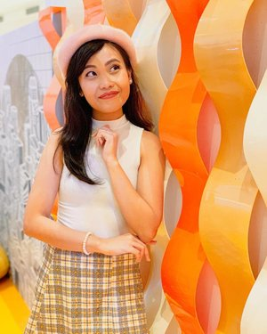 Vibing with the installations here at #MentosChocoFair 🧡 Happy coincidence that my outfit kinda matches the retro groovy backdrop don'tcha think? 😜 • • Mentos Choco Fair's instagramable setup will be up til March 31 only! Checkout my new vlog about it! Link in my bio ✨ #WhoSaysNoToMentos 📷 @nj.bay