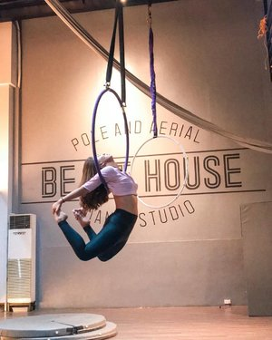 It's a busy day for me despite it being a holiday, but all I can think about is when I'll be dancing next 🐒 Swipe left for the full video. Wearing my new @pinksalmonclothing leggings 🖤 What are you looking forward to today? — #clozette #clozetteco #dance #aerialhoop #aerialdance #danceclass #dancestudent #aerialfitness #fitcrew #danceph #aeriallove #hoopsdance #fitnessph #fitgirls #workout #activewear #pinksalmonclothing