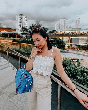Bloom in the gloom, darlings! 🌷🌫 My v shaped chin is so apparent in this shot thanks to @celevenus.aesthetic's non-invasive Venus Legacy Treatment ✨⚡️Ain't nobody got time for bronzer ☝🏻 . . . . #ootd #clozette #coordinatesoffrisbee #lookbook #lookbooksg #igers #igsg #sgblogger #fashionblogger #celevenus #celevenusaesthetic #drdylanchau 📷: @axdelwen