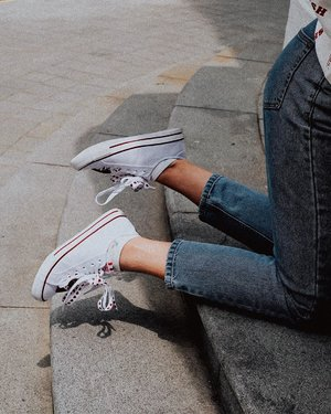 Usually people showcase their patriotism through wearing red and white clothes but I get to deck my feet out too with the help of @batasingapore! This pair of sneakers from their National Day collection comes with two types of laces (plajn white and white with hearts) so you can lace up according to your mood 🥰 Suhhh cute! Happy Birthday, my island home. 🇸🇬 I'm beyond blessed to be Singaporean. 🙋🏻♀️🙆🏻♀️✨ . . . . #ootd #clozette #coordinatesoffrisbee #lookbook #lookbooksg #igers #igsg #sgblogger #fashionblogger #NewSince1894 #BataSingapore 📷: @heyjude_muxi