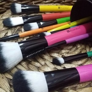 😍😍 Pop Art Brushes by @bhcosmetics 😍😍 It's colorful, cute and I just needed this set for my dressing table 😂😂😍😍😍 . I can't wait to put it to the test! #bhcosmetics #bhbeauty #popartbrushes #makeupbrushes #beautyblogger #clozette #beauty
