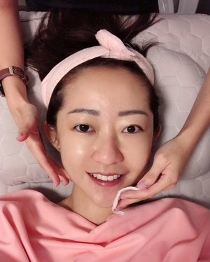 supporting my friend @quanxy's new beauty business - @snow_beauty_facial! she does homebase & housecall facial. which means, she can do facial for you either at her place or at your own home, whichever is most convenient for you! only $40-$55 per session so that's really affordable! Before the facial, there will be a skin test conducted for her to understand the condition of your skin first (like how she did for mine. swipe to see my results! proud to say that my skin's condition is pretty good all thanks to my efforts of masking 4 times a week on ave). if you're wondering how exactly is the whole facial process like, i've summed it up in my 1min video: 1. makeup removal 2. cleansing 3. scrub 4. multi mask 5. meridian massage 6. extraction 7. facial care ::: #facial #homecall #homebase #salon #clozette #skincare #beautytalk #beautysteals #beautychat #igbeauty #bblogger #bbloggers #beautylover #skincarecommunity #complexion #beautysg #sgskincare #skincaregoals #skincareaddict #moisture #hydration #youthful #goodskin #flawless #elasticity