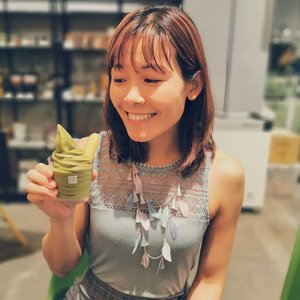 A firework of intense genmai bursting in unexpected happiness 🎇 was exactly how I felt when I placed a scoop of @matchayasg Green Tea Genmai soft serve in my mouth! 💚 My eyes totally lit up! This was just how unexpectedly intense it was. 😋 Now, I'm really not sure which flavour I would choose between Matcha, Hojicha and Genmai the next time. At least this is a happy problem!  May I have a mix of 3 flavours please! ☺️ ✔️SGD5.90 for a regular cup of Genmai soft serve, which comes with a biscuit as shown in this photo.  #xinlieats #whati8today #whati8todaysg #sgfoodtrend #foodstagram #sgfoodie #Softserve #genmai #iloveicecream #icecream #matchayasg #burpple #clozette #singaporefood #singapore🇸🇬 #visitsingapore #thecathay #吃貨 #新加坡 #ソフトクリーム #シンガポール旅行