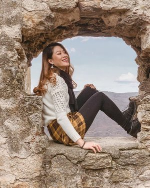 Living life on the edge. 🌄 Sitting on the remains of the ruined medieval castle located in #Dürnstein, Austria, like an abandoned princess. The fortress is part of the