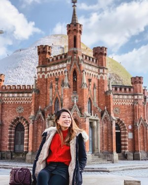 Our morning hike up the Kościuszko Mound was a great start to the day, especially when it snowed the night before - we get to see half a snow-capped mound! ❄️ And yes, there's just something about the cathedrals that makes every photo look majestic. 🏰 . P.S. Wearing matchy earrings from @venitystore with my bright orange knitted sweater! . #krakow_gram #krakowoldtown #discoverunder100k #poland #poland🇵🇱 #polandisbeautiful #kosciuszko #kosciuszkomound #kraków #Clozette