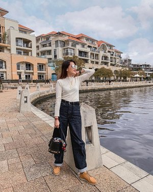 A must-have when I travel - @uniqlosg's jeans! The new #UNIQLO U Wide Curve Fit Jeans brings us all back to the 90s jam. How do you wear your jeans?👖 . #ParadeofOOTD #ParadeofAdventures #clozette #UNIQLOSG