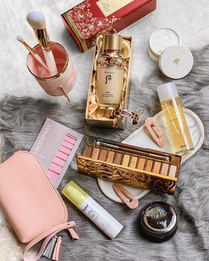 Beauty golds (goals) 💛🍯⭐️✨ I love it when I can try out new skincare and makeup! It's playtime for me, is it the same for you? 🙆🏻‍♀️ . P.S. Loving my new grey fur rug and pink marbled pot from @speckledspace! . #luxurybeauty #clozette #beautyflatlay
