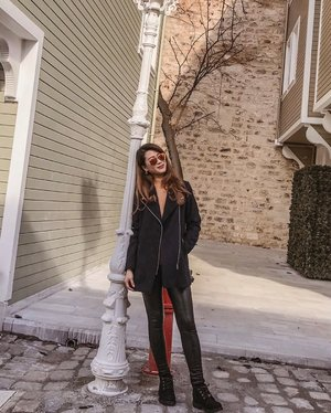 Just hanging at the back alley of the restored Ottoman wooden houses behind the Hagia Sophia. Such a quaint, lovely walk. . . #ParadeofAdventures #ParadeofOOTD #timberland #timberlandsg #rayban #raybansg #visitistanbul #turkey #visitturkey #istanbulturkey #clozette