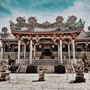 Khoo Khongsi . . . . . . #georgetown #visitmalaysia #penang #khookongsi #girlswhotravel #igersmalaysia #boardroomchictravels #instatravel #mobilegraphymy #traveldiaries2018 #travelgirlsgo #athomeintheworld #ilovepenang #georgetown #penangtoday #georgetowntoday #georgetowntoday #clozette