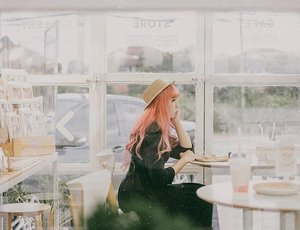 Edisi kangen peach hair 😌😌 . 📷 @yumiiikoo . . . . . #clozette #clozetteid #portrait #fahfahstation #lifestyle #cafehoppingbkk